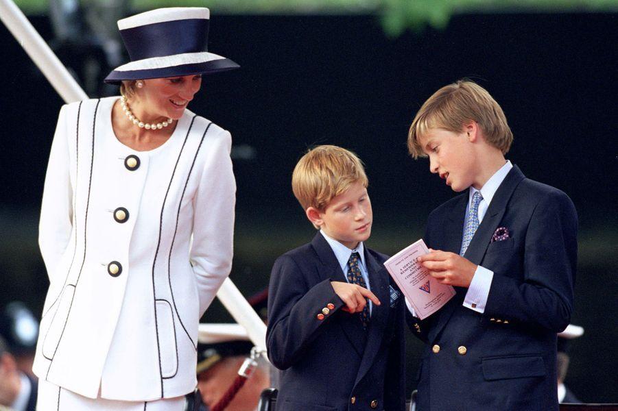 Le prince Harry et le prince William avec leur mère Diana en août 1995