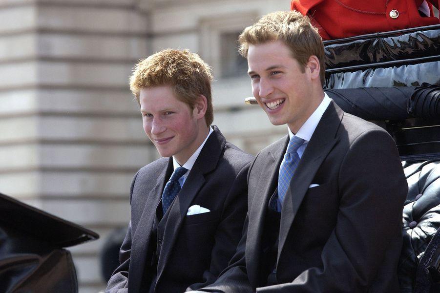Le prince Harry et le prince William lors de la parade Trooping the Colour en juin 2003