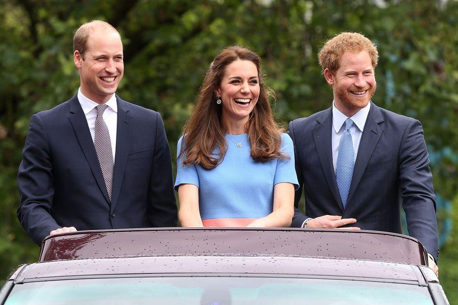 Le prince William et le prince Harry avec Kate Middleton lors des célébrations du 90e anniversaire de la reine en juin 2016