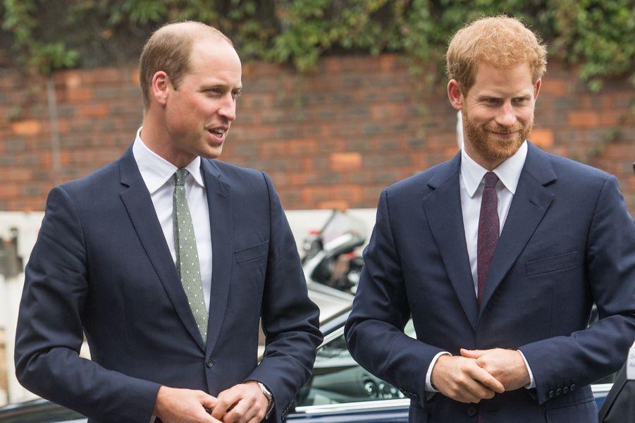 Le prince William et le prince Harry lors d'une sortie soutenue par la Royal Foundation pour la fondation soutenant la communauté de Grenfell à Londres en septembre 2017