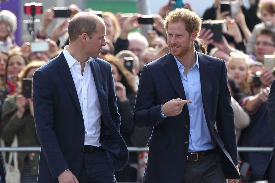 Le prince William et le prince Harry lors d'une sortie pour leur fondation Head's Together à Londres en octobre 2016