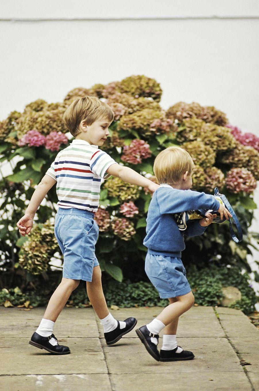 Le prince William et le prince Harry lors de la rentrée scolaire en septembre 1987