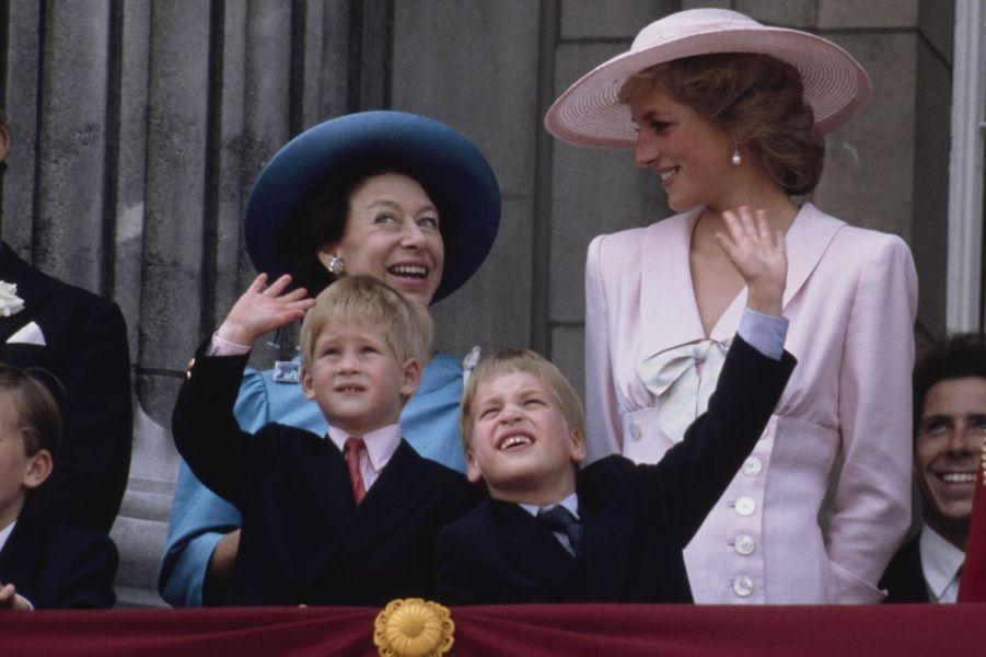 Le prince William et le prince Harry avec leur mère Diana, parlant avec la princesse Margaret, lors de la parade Trooping the Colour en juin 1989