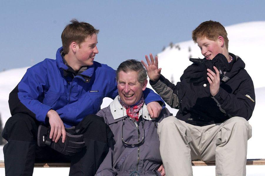 Le prince William et le prince Harry avec leur père le prince Charles en Suisse en avril 2000