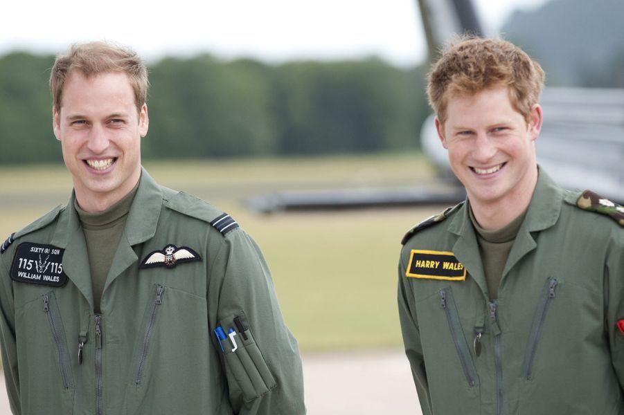 Le prince William et le prince Harry lors de leur formation militaire en juin 2009