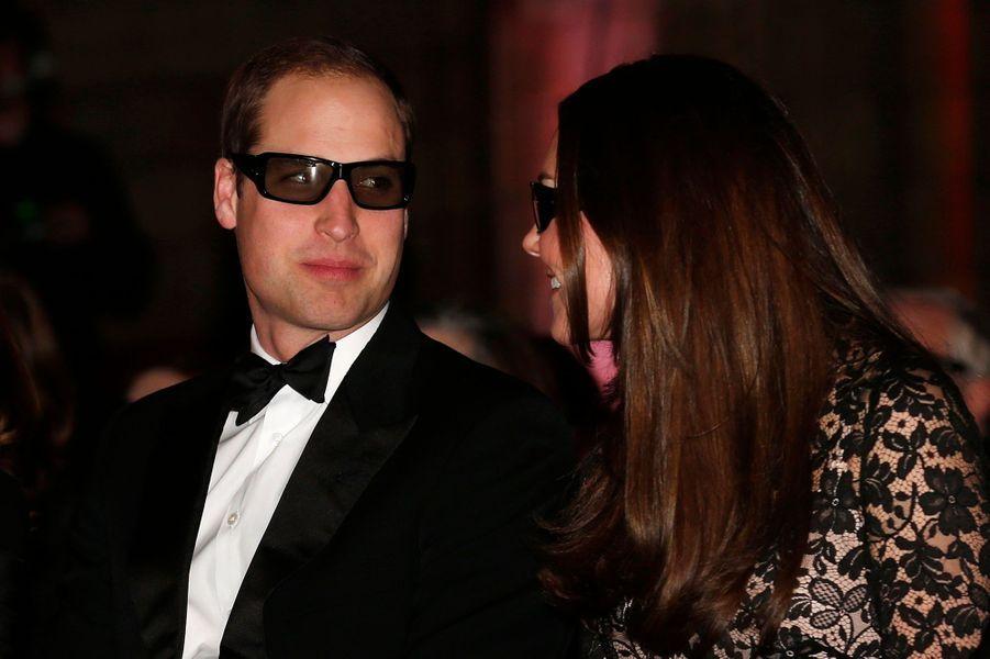 """Le Prince William et son épouse Catherine - Kate pour les intimes -, la duchesse de Cambridge, ont porté des lunettes 3D lors de la présentation du documentaire consacré à l'histoire du Natural History Museum de Londres, réalisé par David Attenborough, le frère cadet de RichardAttenborough, le réalisateur de """"Gandhi""""."""