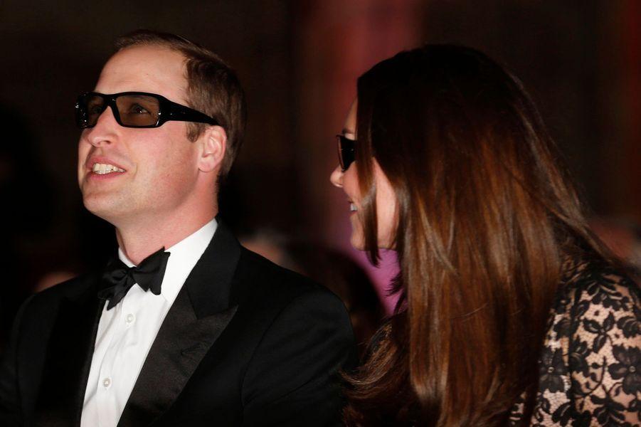 Le prince William est également attentif, même si Kate semble troublée de voir son mari porter des lunettes.