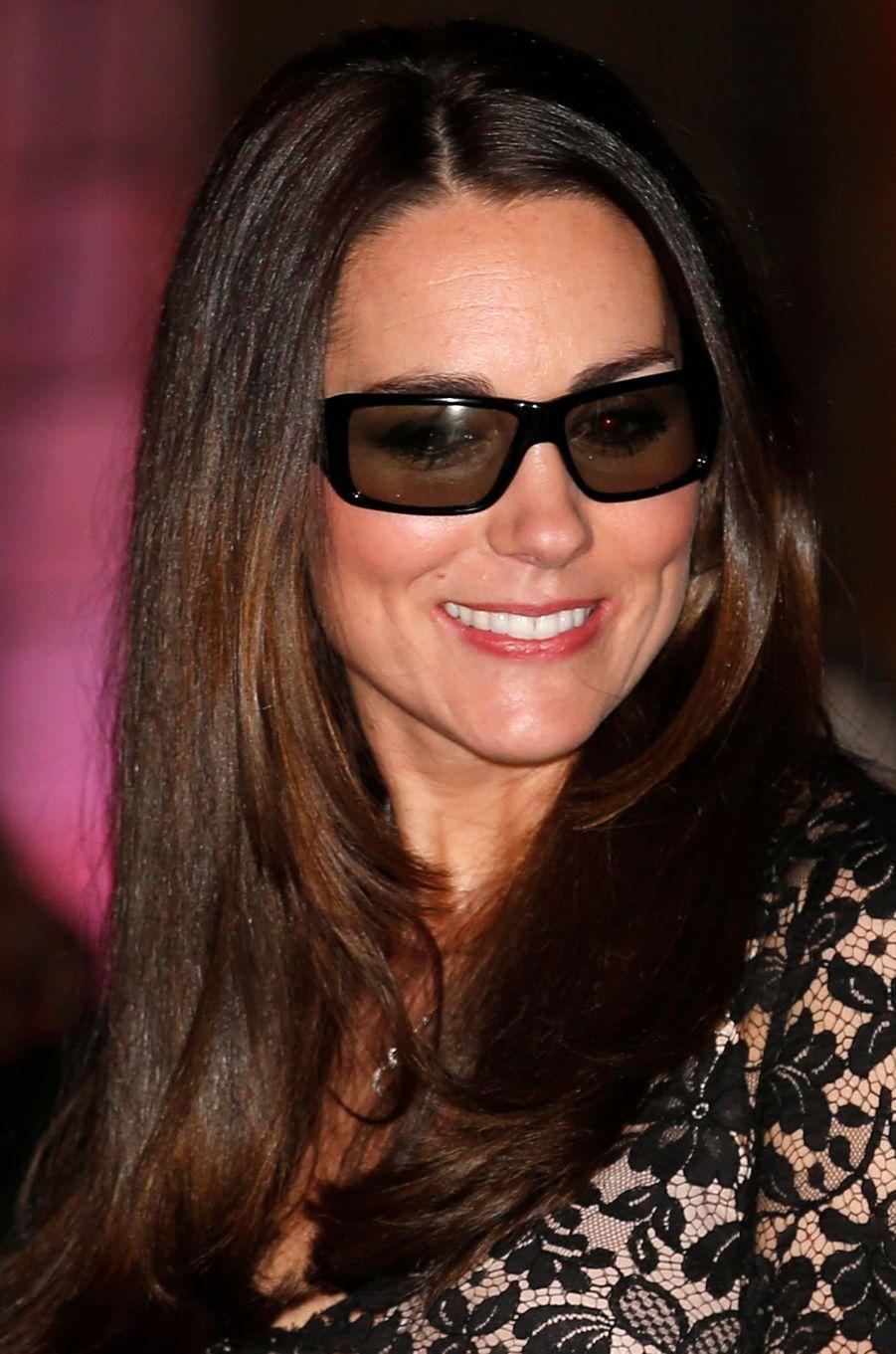 Etre radieuse en portant des lunettes de 3D, il fallait réussir l'exploit.