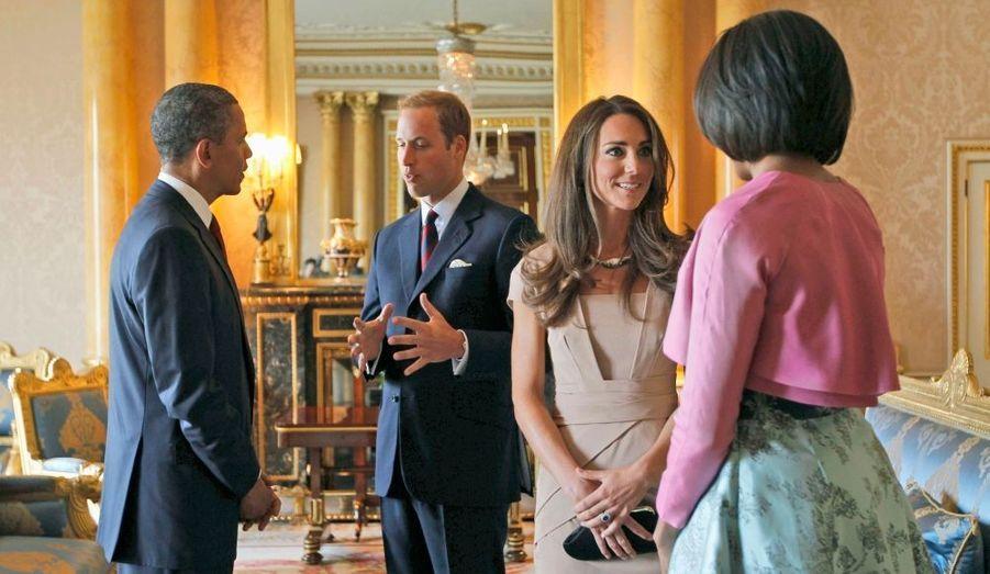 Barack Obama et sa femme Michelle sont les invités de la Reine. Le couple présidentiel américain passera deux nuits au palais de Buckingham à l'occasion de leur visite à Londres. L'occasion pour une rencontre avec la famille royale et notamment le jeune couple dont le mariage a passionné les États-Unis, le Duc et la Duchesse de Cambridge, William et Kate...