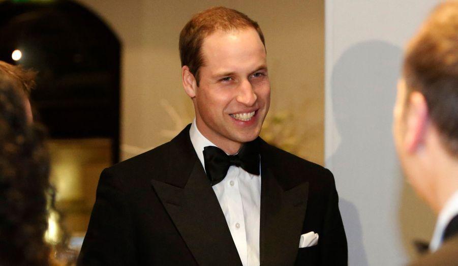 """Pour sa première apparition officielle depuis l'annonce de la grossesse de la duchesse de Cambridge, le prince William s'est rendu au Winter Whites gala, en faveur d'une association qui aide les sans-abris. Son épouse Kate était, elle, restée se reposer. Cela n'a pas empêché le prince de faire de l'humour quant à la pathologie dont souffre sa femme: il a confié à un invité que cela """"ne devrait pas s'appeler nausées matinales, mais nausées jour et nuit!"""" C'est """"avec grand plaisir"""", a-t-il dit, qu'il s'est rendu à cette soirée afin d'aider les jeunes SDF aidés par le centre d'accueil Centrepoint. En 2009, lui-même s'était glissé une nuit dans la position d'un sans-abri: """"J'avais froid mais j'étais en sécurité, et je savais que j'avais un foyer qui m'attendait. Mais beaucoup n'ont pas cette chance. Les rues glacées sont la seule réalité qu'ils connaissent."""""""