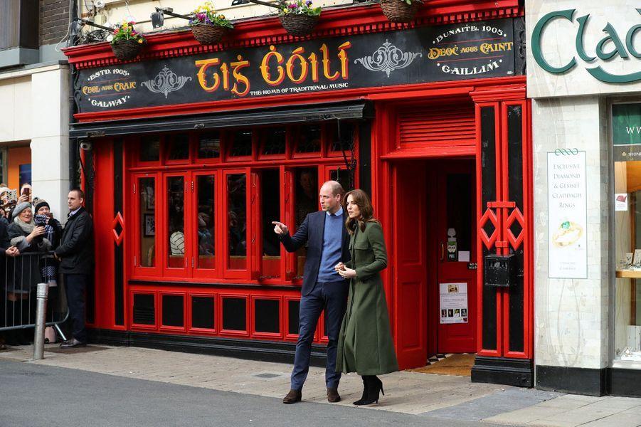 Kate Middleton et le prince William à la sortie d'un pub irlandais à Galway le 5 mars 2020