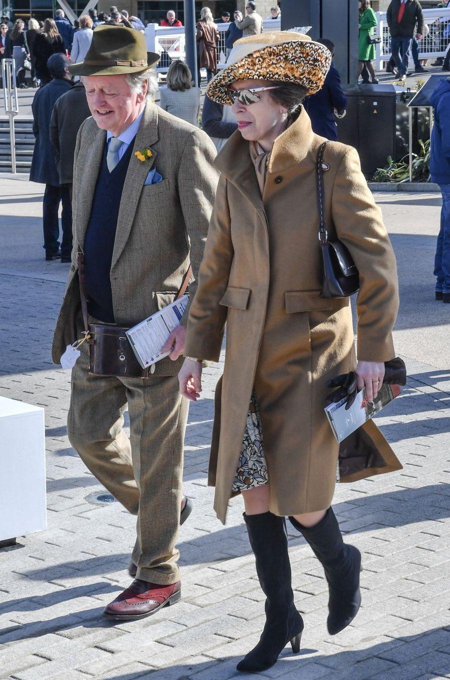 La princesse Anne au Cheltenham Festival avec Andrew Parker Bowles, le 15 mars 2017