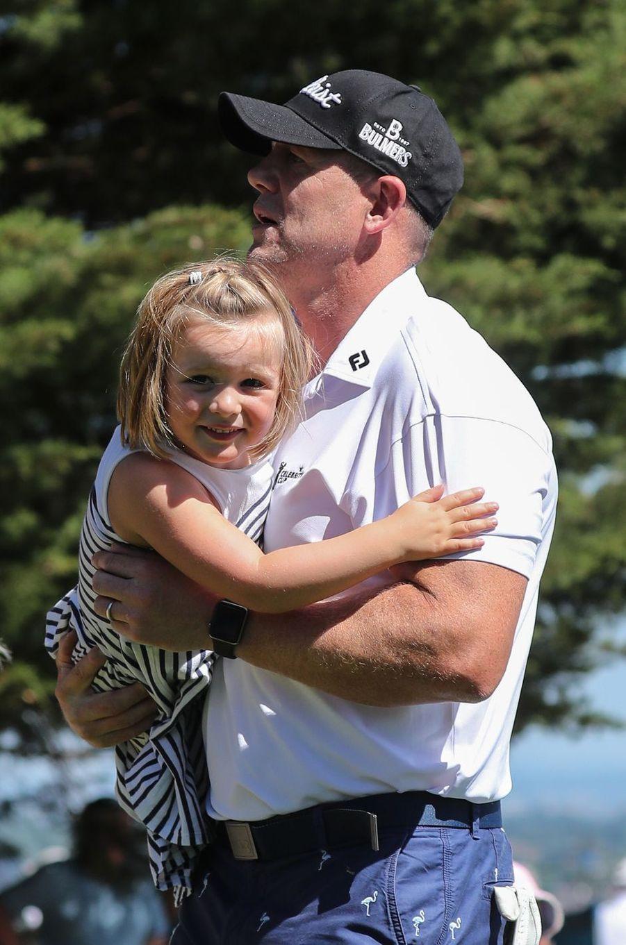 Mia avec son père Mike Tindall à Newport, le 30 juin 2018