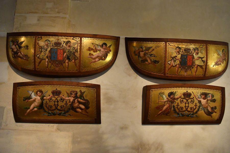 Les panneaux de caisse d'origine du carrosse du sacre de Charles X, ornés d'emblèmes royaux