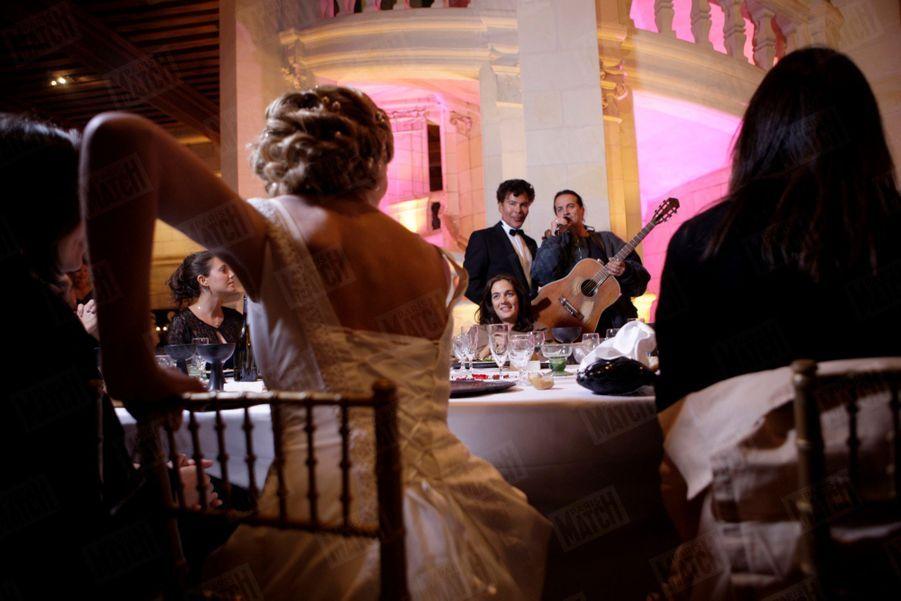 Francis Lalanne improvise un tango a cappella devant la mariée...