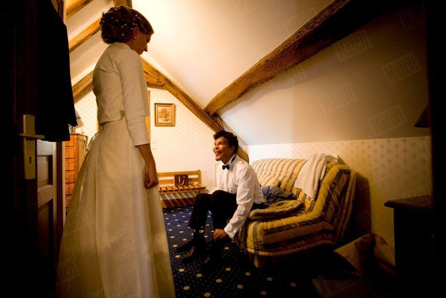 Juste avant les festivités. Alors qu'Amélie est déjà prête, Igor finit de se préparer dans leur chambre du Manoir Bel Air où ils passeront la nuit.