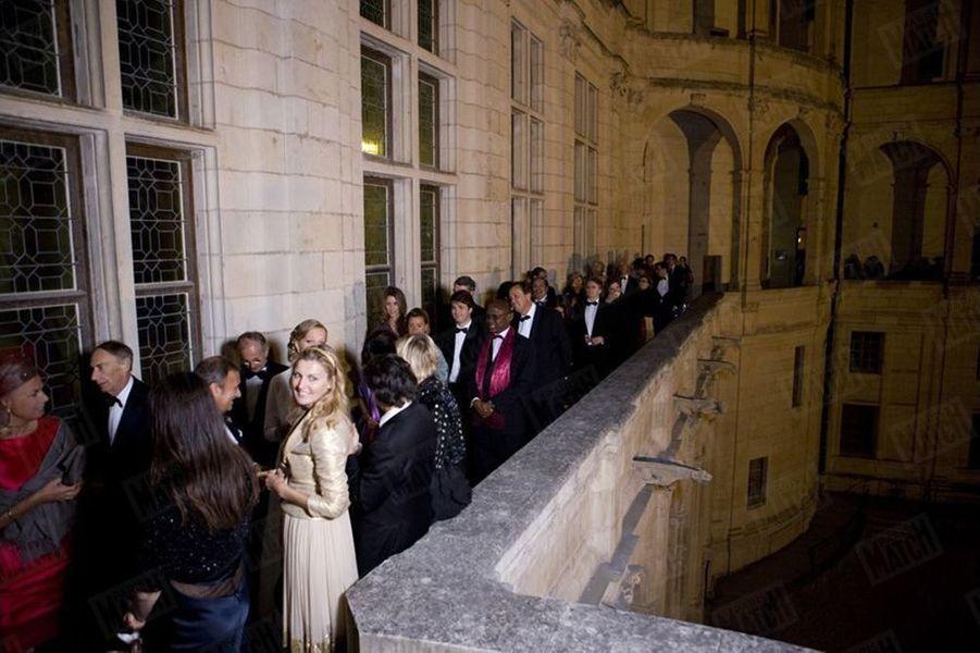 Depuis la terrasse, les 260 convives applaudissent l'arrivée du couple qui leur a réservé des agapes royales.