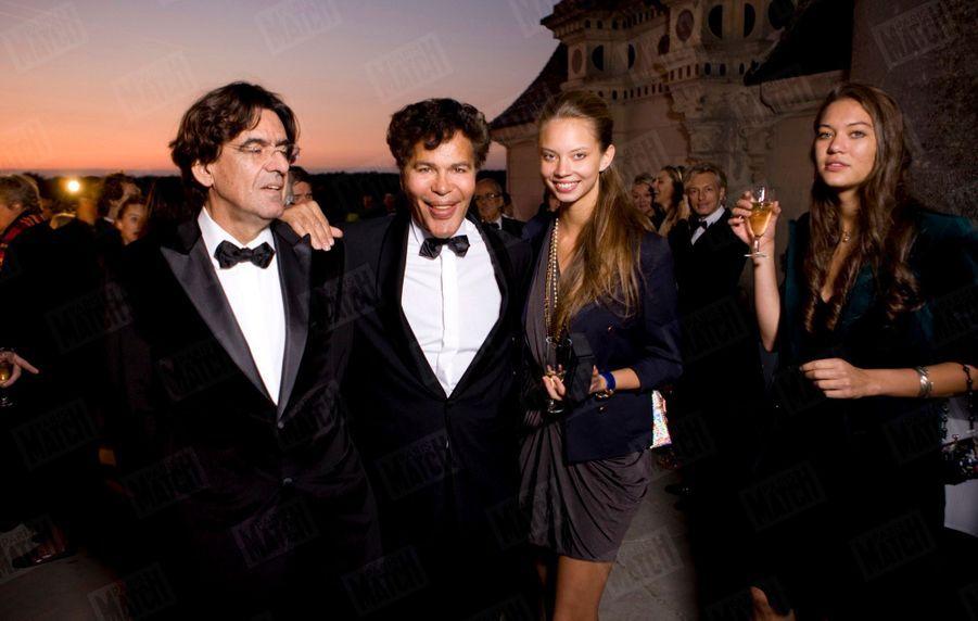 Le marié avec ses deux filles, Sasha, 19 ans, et Anna, 18 ans, et le philosophe Luc Ferry.