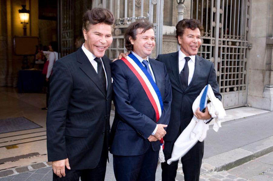 Sur le perron de la mairie du XVIe arrondissement. Igor, à droite, et Grichka, à gauche, avec leur ami Stéphane Capliez, adjoint au maire qui a célébré le mariage.