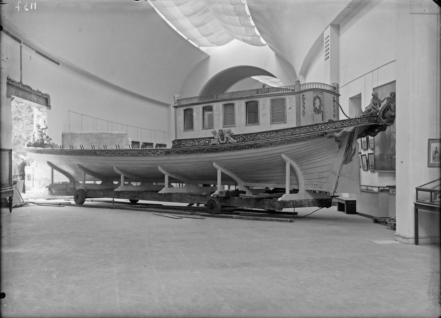 Entrée du Canot de l'Empereur dans le musée, juillet 1945