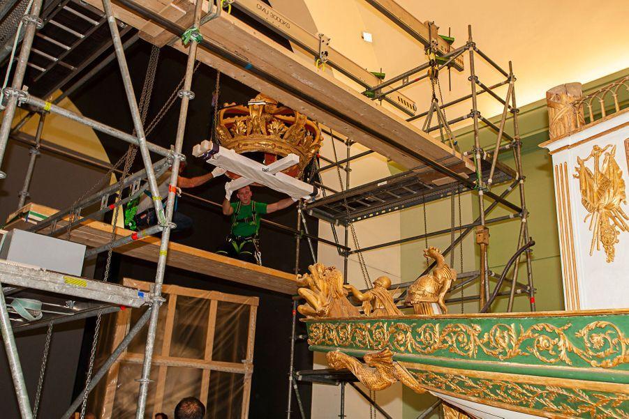 Dépose de la couronne du canot de Napoléon Ier au musée de la Marine à Paris, le 18 septembre 2018