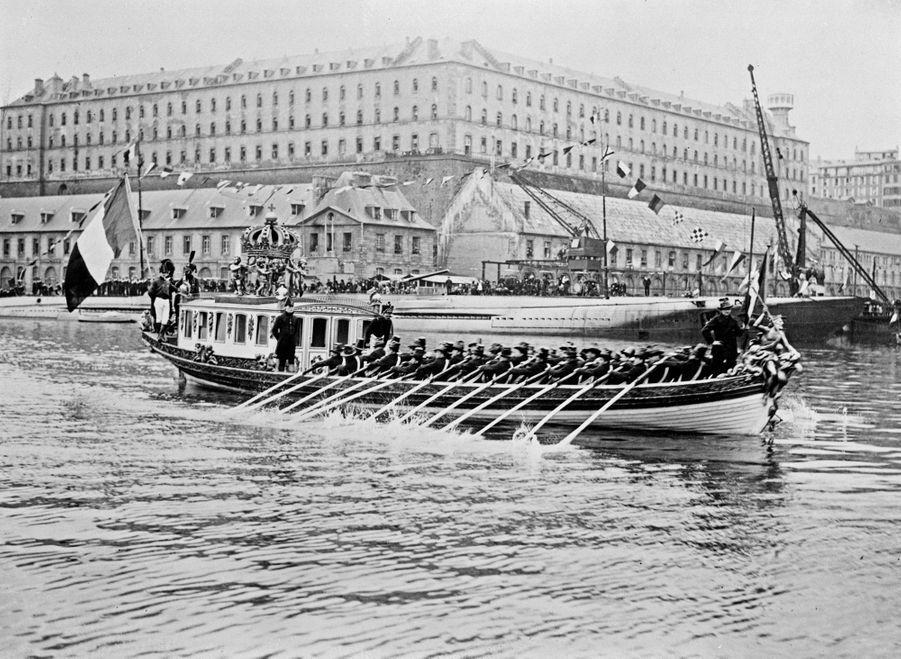 Triomphe de l'Ecole Navale à bord du Canot de l'Empereur, 1922