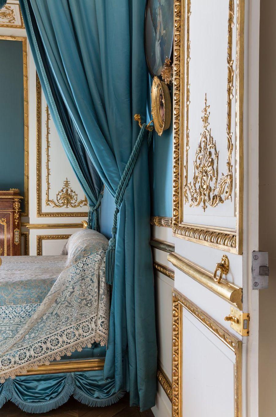 """""""Petits Appartements"""" du château de Chantilly restaurés : la chambre de la duchesse d'Aumale"""