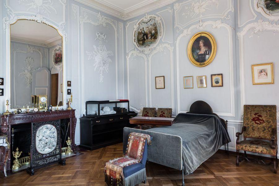 """""""Petits Appartements"""" du château de Chantilly restaurés : la chambre du duc d'Aumale"""