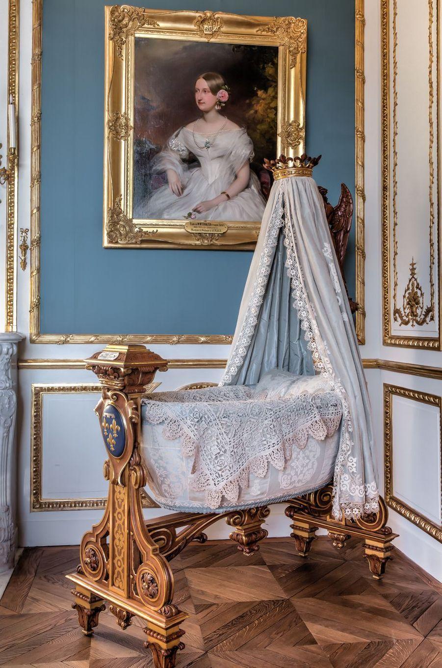 """""""Petits Appartements"""" du château de Chantilly restaurés : le berceau du duc de Guise dans la chambre de la duchesse d'Aumale"""