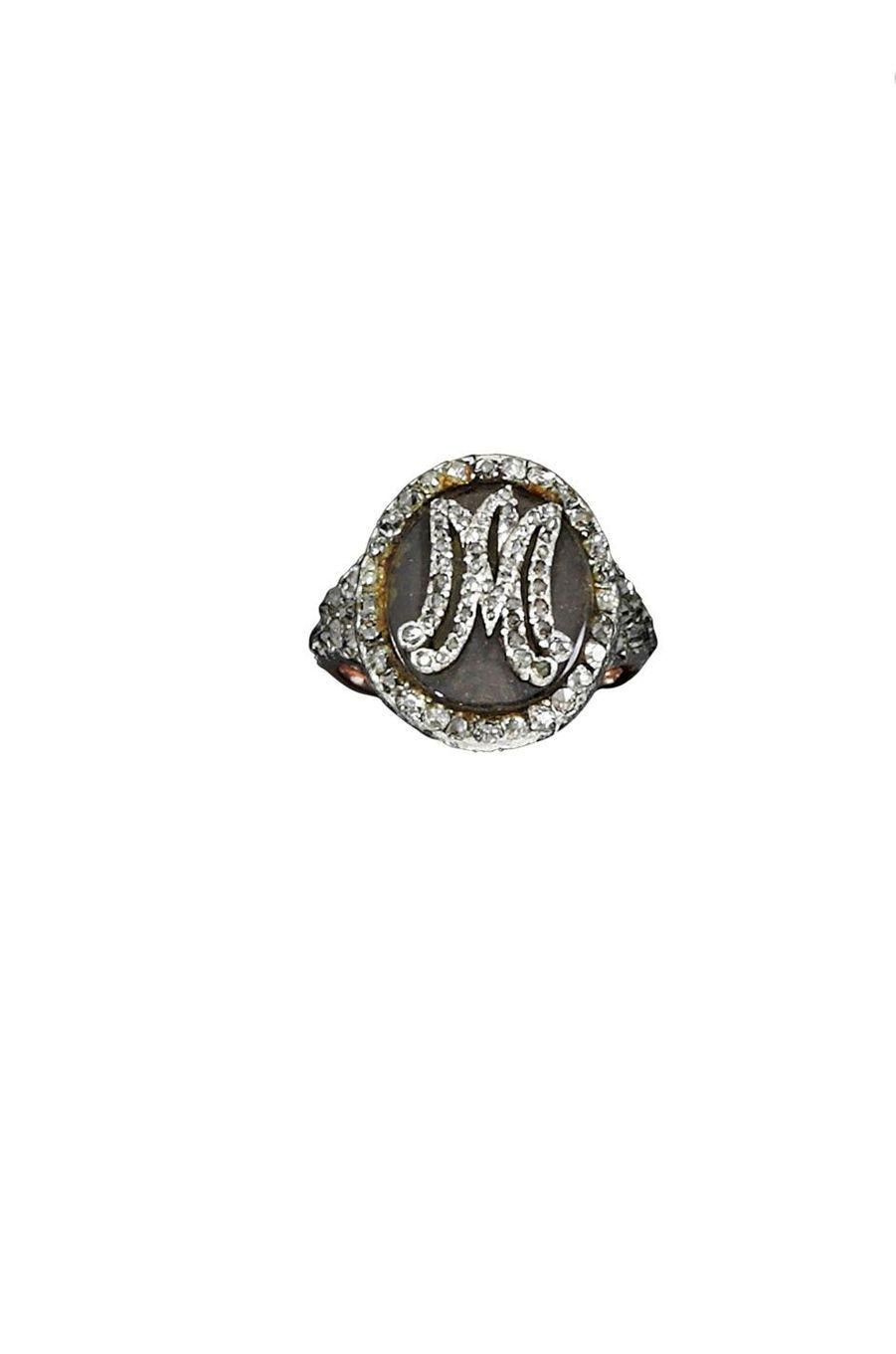 Bijoux de Marie-Antoinette : bijou posthume, une bague en diamants portant les initiales MA et renfermant une mèche des cheveux de la reine