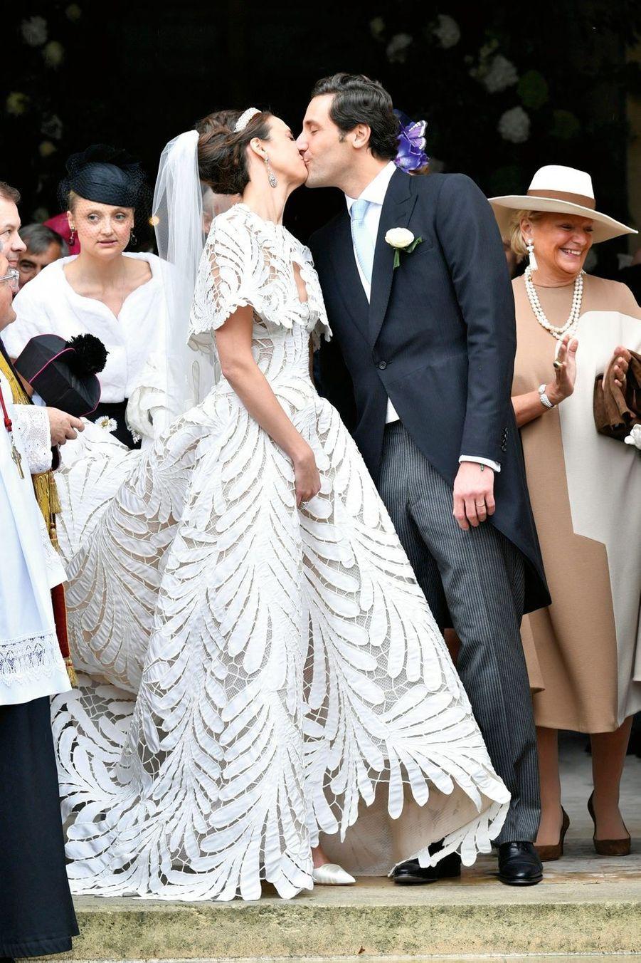 D'habitude, les mariés posent dans un parc. Eux, leur serment est gravé dans le marbre.