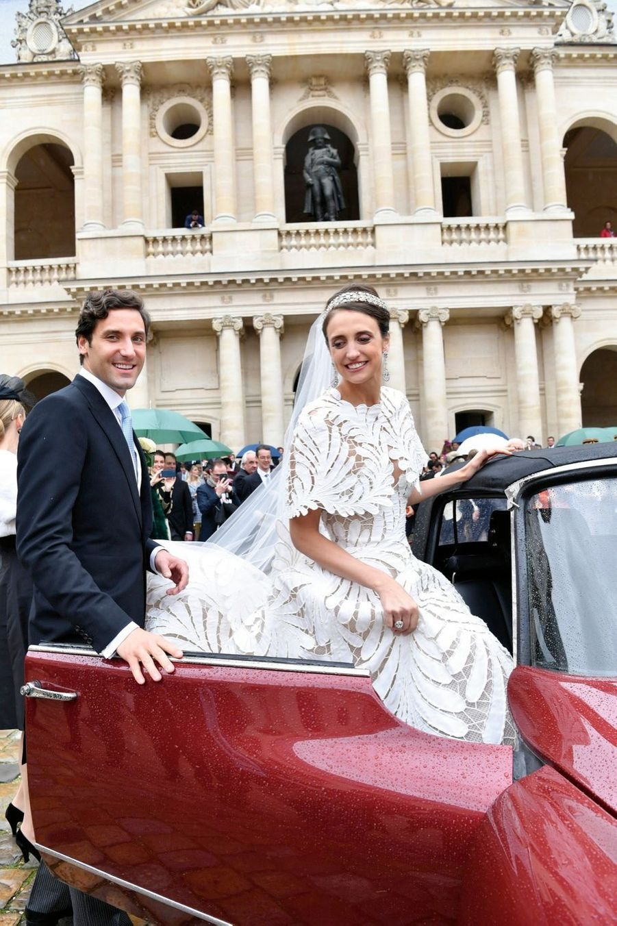Comme le veut la tradition, les jeunes mariés partent pour une destination inconnue, dans une DS 19 historique. Napoléon Ier peut enfin saluer son héritier