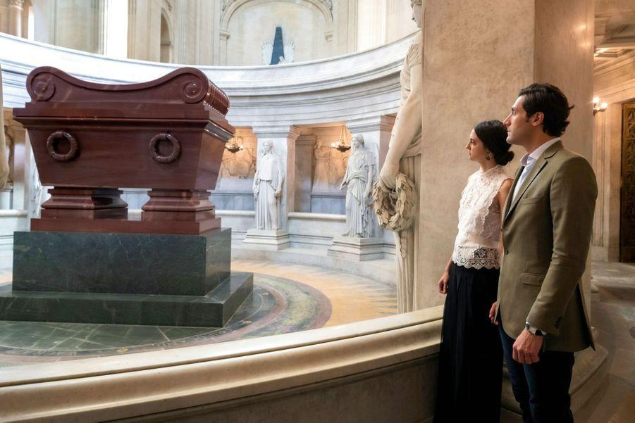 Dans la crypte creusée à 6 mètres de profondeur sous le dôme des Invalides, devant le monument en quartzite rouge. Cinq générations séparent Napoléon Ier de Jean-Christophe.