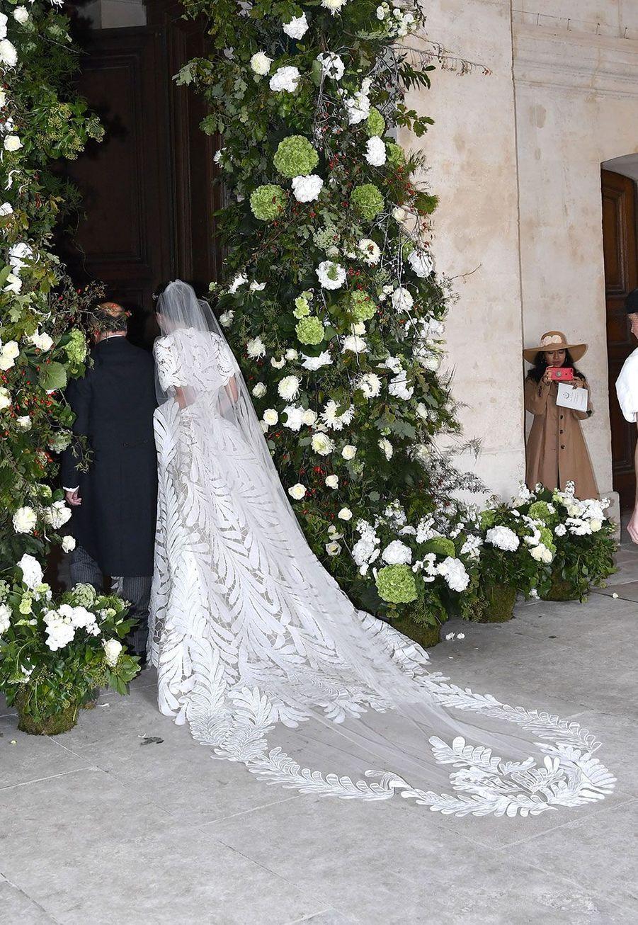 La comtesse Olympia d'Arco Zinneberg à l'entrée de la cathédrale