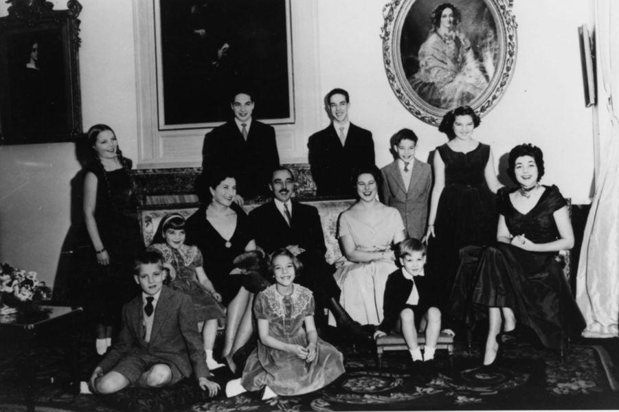 Henri d'Orléans, avec ses parents et ses frères et soeurs, dans les années 1960