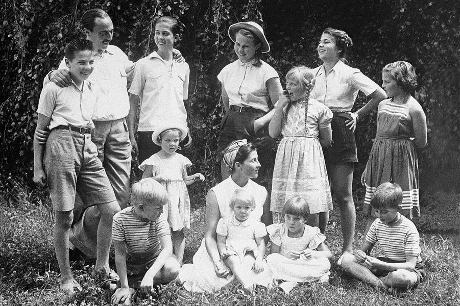 Henri d'Orléans, avec ses parents et ses frères et soeurs, dans les années 1950