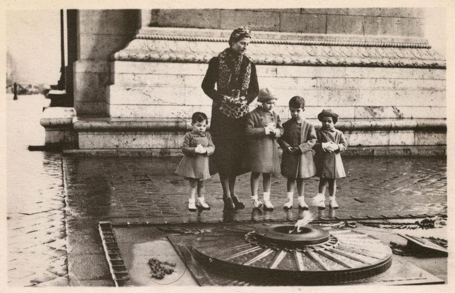 Henri d'Orléans,avec sa mère, sa soeur aînée et ses deux frères cadets, en 1937
