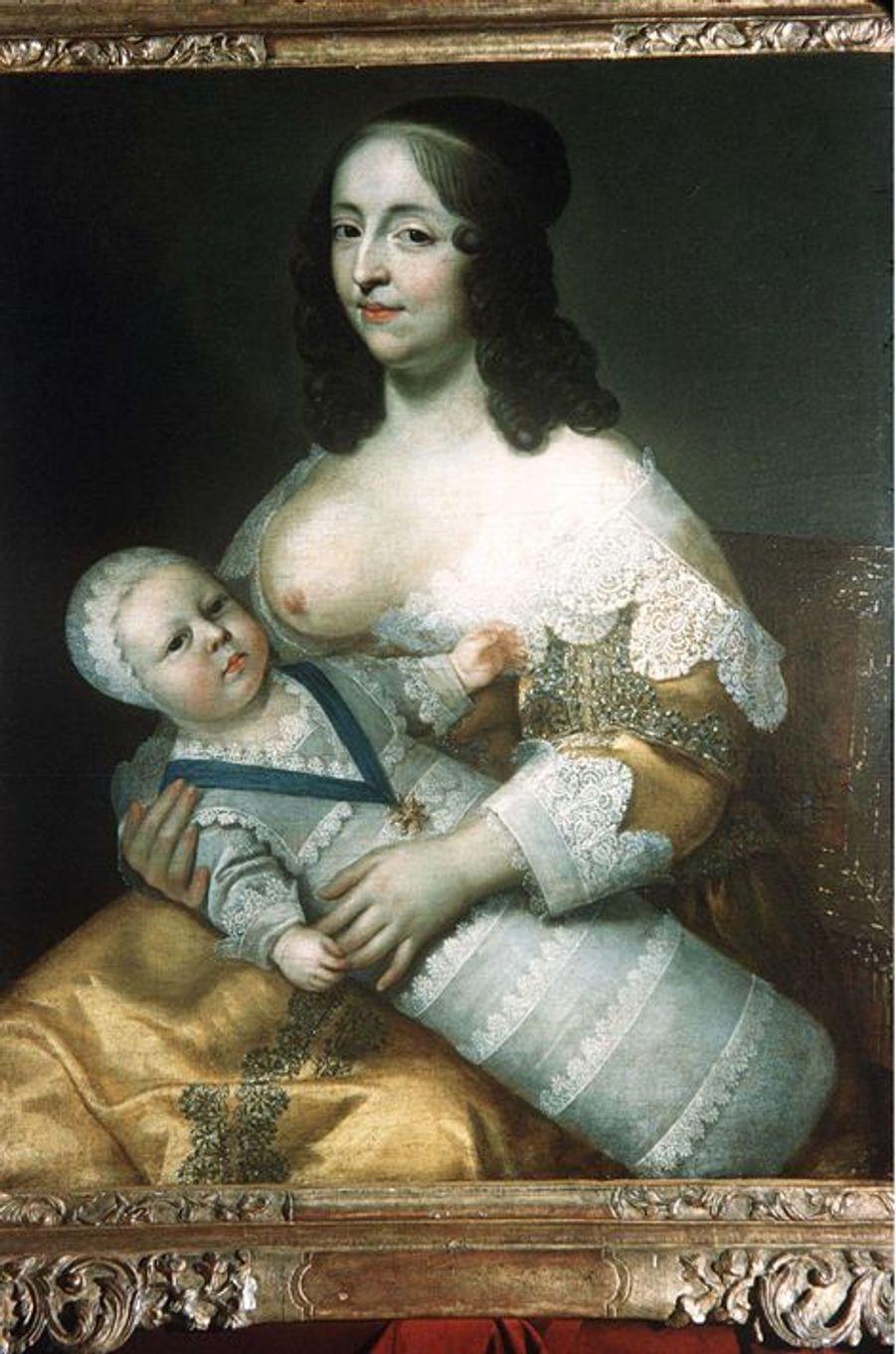 Et toutes les autres!Louis XIV eut bien d'autres maîtresses que Madame de Montespan, la duchesse de Fontanges et Madame de Maintenon. Certaines, officielles, ont laissé leur nom dans l'histoire, beaucoup sans doute sont restées anonymes. D'autant que si l'on en croit sa belle-sœur, la princesse palatine Charlotte-Élisabeth de Bavière, épouse de Philippe d'Orléans, les conquêtes féminines de Louis XIV se comptaient à la pelle et celui-ci n'était pas regardant quant à l'origine sociale de ces dames et demoiselles. «Le roi était galant, mais souvent débauché; tout lui était bon, pourvu que ce fussent des femmes; paysannes, filles de jardiniers, femmes de chambre, dames de qualité, pourvu qu'elles fissent seulement semblant d'être amoureuses de lui», écrivait-elle en effet en décembre 1718, trois ans après le décès du souverain. Il faut dire qu'elle devaient être nombreuses à la cour de Versailles à minauder pour tenter d'attirer l'attention du monarque et plus si affinités.Et parmi les femmes qui ont occupé une place importante dans la vie du roi Soleil, n'oublions pas ses nourrices, qu'il épuisait raconte-t-on par sa voracité. L'une d'entre elles, Elisabeth Ancel, épouse de Jean Longuet, seigneur de La Giraudière, a été peinte, à la tâche, le royal bambin emmailloté, comme il était de coutume, sur ses genoux.