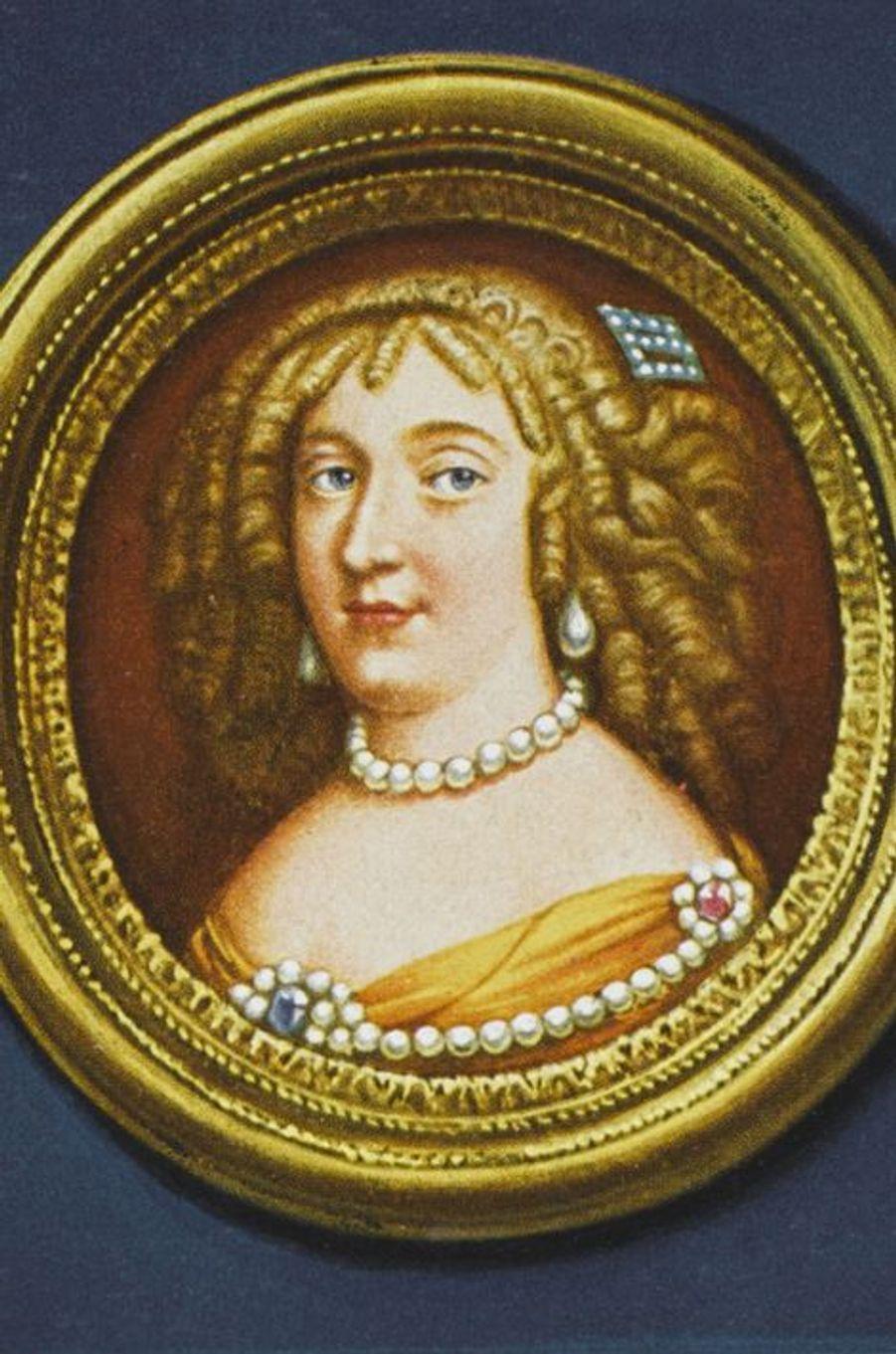 Madame de Maintenon (1635-1719), l'une de ses favorites puis sa seconde épouseC'est dans une prison, celle de Niort très exactement, que Françoise d'Aubigné (petite-fille du poète Agrippa d'Aubigné) voit le jour le 27 novembre 1635, son père y étant incarcéré pour dettes. Orpheline et sans le sou, elle se marie à 16 ans avec le poète Paul Scarron de 25 ans son aîné. Si celui-ci lui apporte un énorme bagage culturel et fait d'elle la reine de son salon parisien du Marais, fréquenté par les écrivains de l'époque, il ne lui laisse malheureusement que des dettes à sa mort en 1660. D'abord titulaire d'une pension de la reine mère Anne d'Autriche, puis du roi, la jeune femme, qui s'est liée d'amitié avec Françoise Athénaïs de Montespan, devient en 1670 la gouvernante des enfants illégitimes et cachés de celle-ci et de Louis XIV. En 1675, toujours sur les conseils de la marquise de Montespan, le roi Soleil lui octroie le titre de Madame de Maintenon, puis cinq ans plus tard la charge de «dame d'atour» de la Dauphine. Françoise d'Aubigné ne se contentera pas de cela. Elle saura séduire le roi, au point de l'inciter à faire d'elle non seulement sa maîtresse, mais aussi son épouse secrète après le décès de la reine Marie-Thérèse d'Autriche.Madame de Maintenon meurt le 15 avril 1719, 3 ans et demi après Louis XIV, à l'âge de 83 ans.