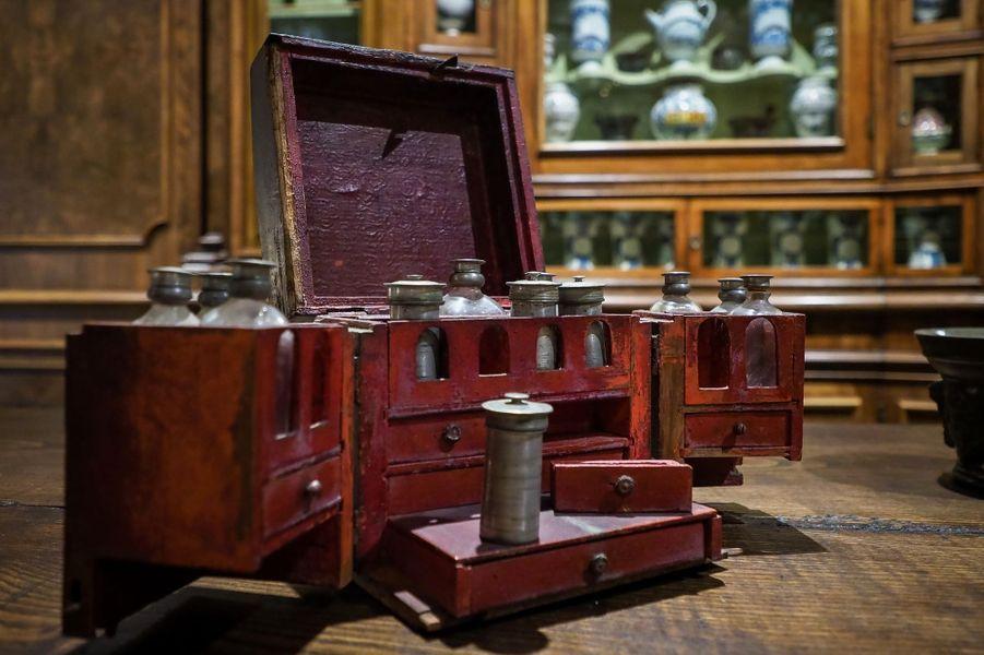 Détail de l'apothicairerie restituée au château de Chenonceau, le 13 juin 2019