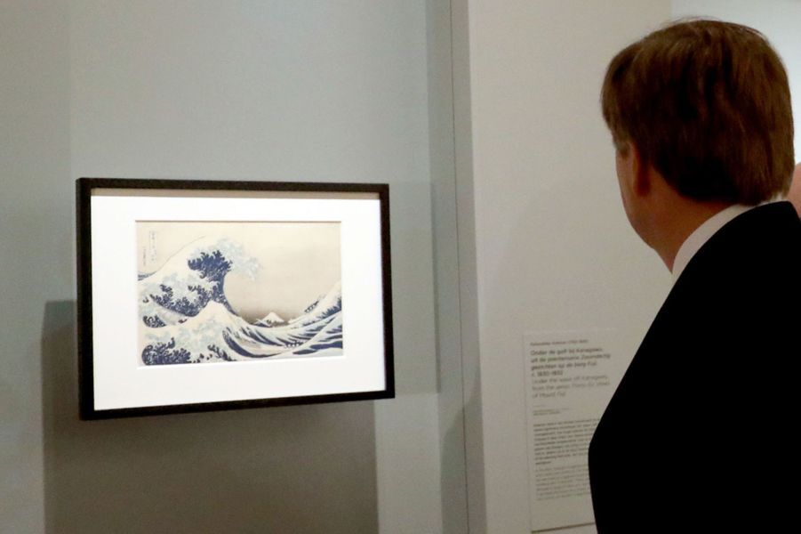 """Le roi Willem-Alexander des Pays-Bas visite l'exposition """"Van Gogh & Japan"""" à Amsterdam, le 22 mars 2018"""