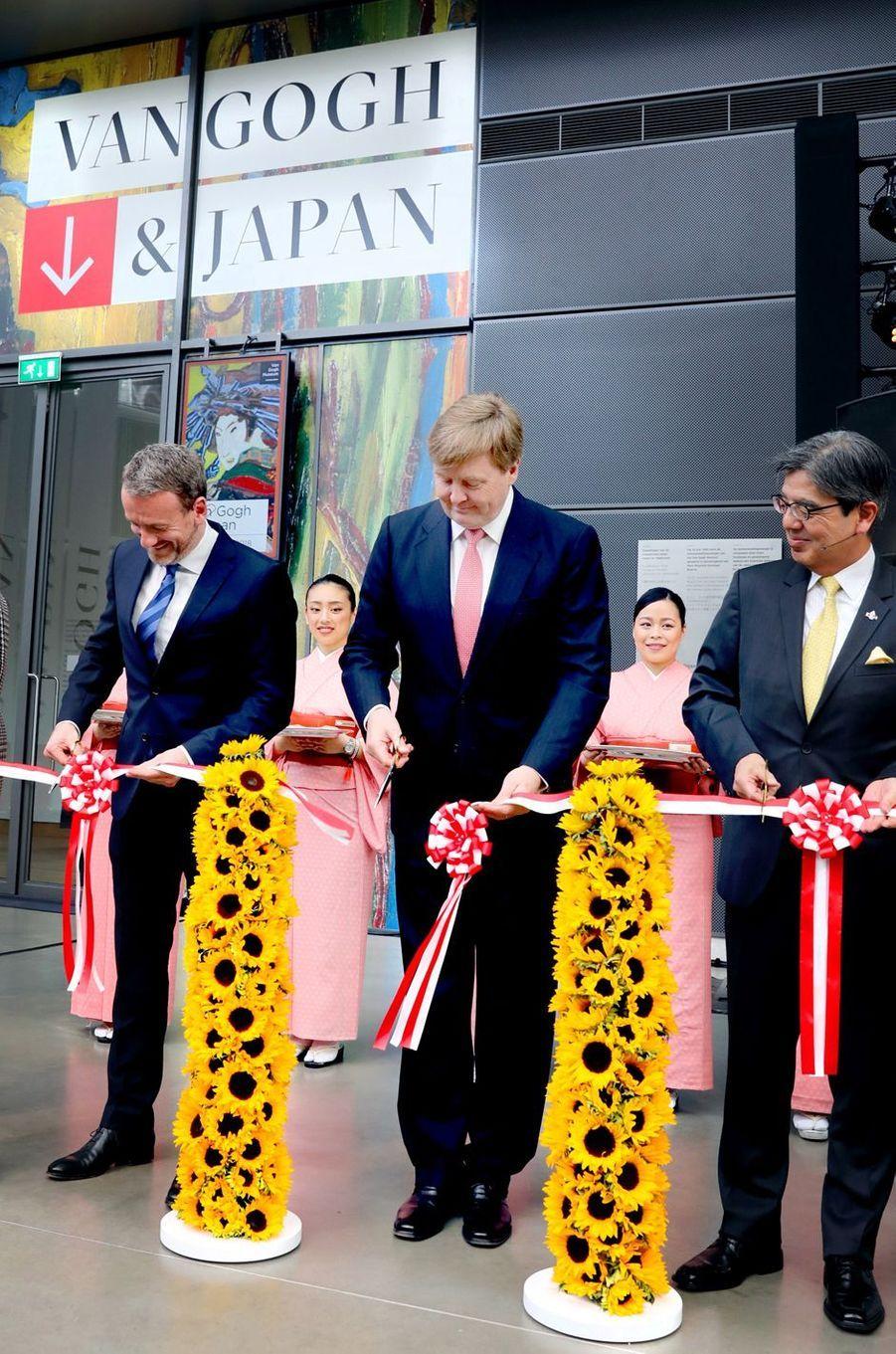 """Le roi Willem-Alexander des Pays-Bas inaugure l'exposition """"Van Gogh & Japan"""" à Amsterdam, le 22 mars 2018"""