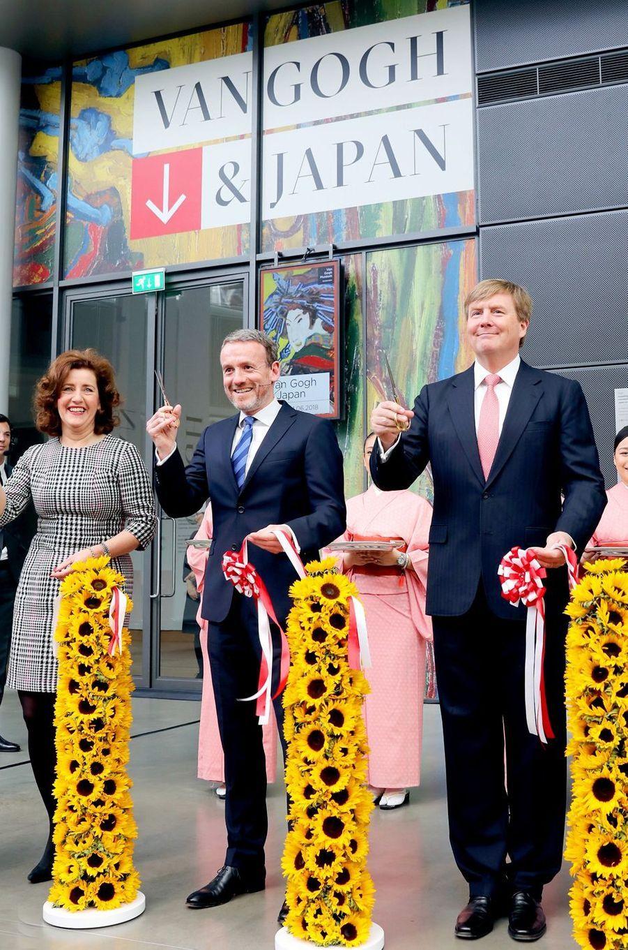 """Le roi Willem-Alexander des Pays-Bas ouvre l'exposition """"Van Gogh & Japan"""" à Amsterdam, le 22 mars 2018"""