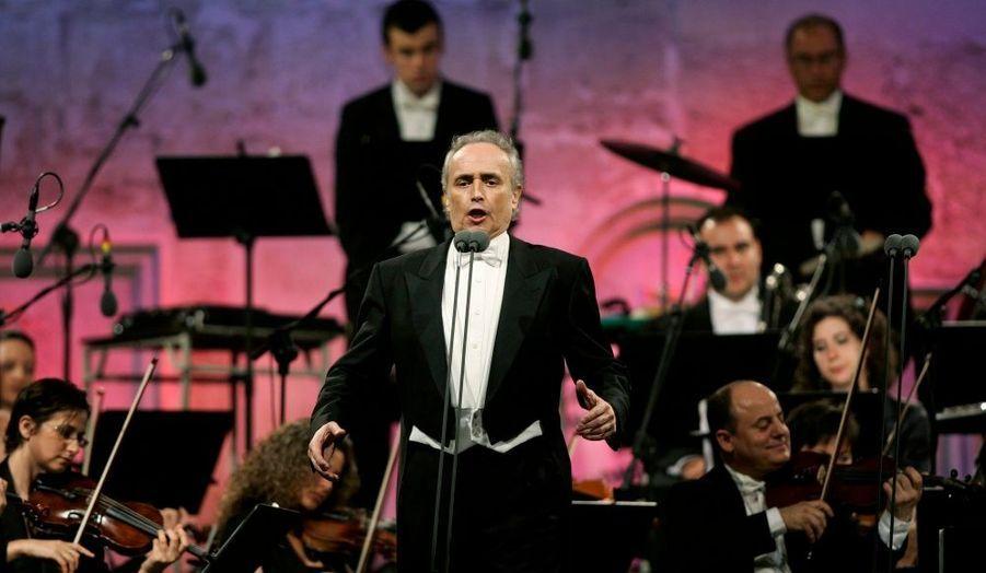 """Le chanteur d'opéra espagnol Jose Carreras, 62 ans, annonce vendredi dans une interview au quotidien britannique The Times qu'il va quitter la scène mais qu'il continuera peut-être à donner des récitals. Avec son compatriote Placido Domingo et l'Italien Luciano Pavarotti, Carreras était l'un des """"Trois Ténors"""" qui avaient donné un mémorable concert télévisé pour l'ouverture de la Coupe du monde de football en 1990 à Rome."""