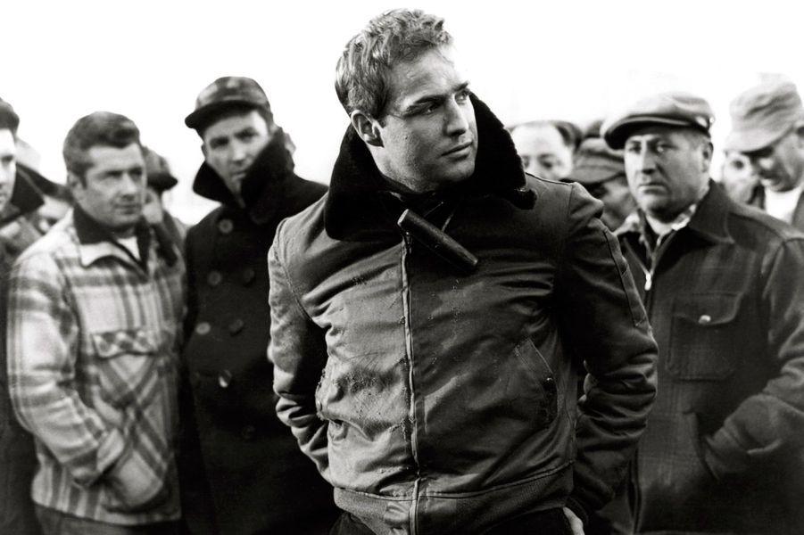 Marlon Brando est considéré comme l'un des plus grands et des plus influents acteurs américains de l'histoire du cinéma du XXe siècle. Tout au long de sa carrière, la belle gueule de Hollywood a reçu une pluie de récompenses dont deux Oscars, trois BAFTA, un Golden Globe et même un Prix d'interprétation au Festival de Cannes. L'«American Film Institute» le classe même «4e plus grand acteur de l'histoire». Sa mort, le 1er juillet 2004 à Los Angeles, l'a fait entrer dans la légende.Ici, Marlon Brando tient le rôle principal dans «Sur les quais» (titre original: «On The Waterfront») d'Elia Kazan. Cette prestation vaudra à Marlon Brando l'Oscar du Meilleur acteur.