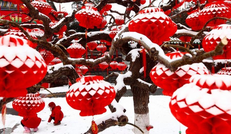 Les enfants habitant dans la capitale chinoise ont pu profiter de la ville, entièrement blanche depuis les chutes de neige des deux derniers jours, les premières de l'hiver. C'est la première fois que la neige met autant de temps à atteindre la ville depuis 60 ans.