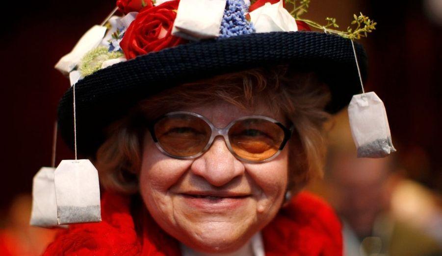 Avec des sachets de thé accrochés à son chapeau, Martha Stamp de Wakefield, dans le Rhode Island, évidemment membre du Tea Party assiste à la 38e édition de la Conférence sur l'action politique conservatrice à Washington, organisé par l'American Conservative Union Foundation.