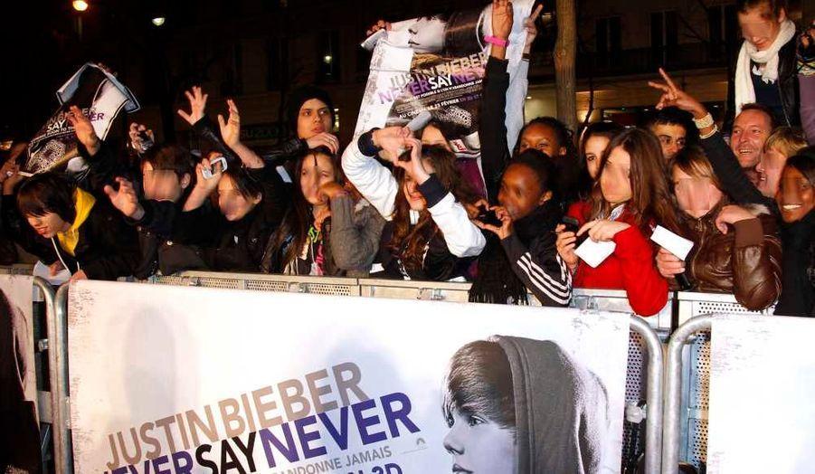 Justin Bieber était à Paris, jeudi, dans le cadre de la promotion du film Justin Bieber: Never Say Never. Toutes les fans parisiennes du jeune chanteur de 16 ans étaient au rendez-vous, hystériques.