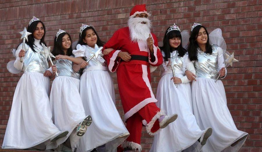 Un homme déguisé en Père Noël danse lors d'un spectacle organisé à Chandigarh, en Inde.