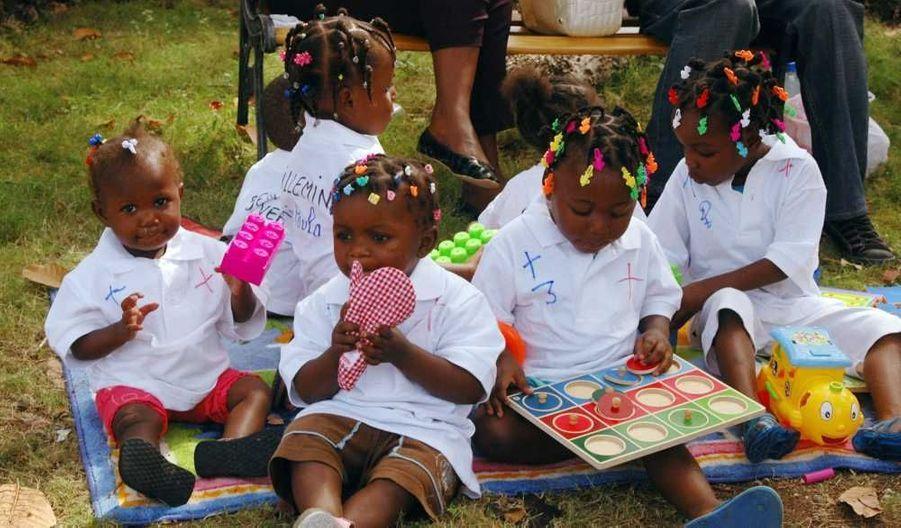 Le second avion ramenant en France un groupe de 84 enfants haïtiens en cours d'adoption par des familles françaises a atterri vendredi matin à l'aéroport de Roissy-Charles-de-Gaulle, a fait savoir le ministère des Affaires étrangères. Sur la photo, ces enfants haïtiens attendaient leur parents adoptifs dans la cour de l'ambassade française à Port-au-Prince, avant le décollage. Le premier des deux avions affrétés par le ministère était arrivé mercredi avec 114 enfants à bord. Les procédures d'adoption de ces enfants avaient été ralenties après le tremblement de terre qui a fait plus de 250 000 morts et des centaines de milliers de sans-abri le 12 janvier dernier en Haïti. Six enfants qui auraient dû prendre le deuxième vol n'ont pas pu partir parce qu'il manquait des pièces à leur dossier.